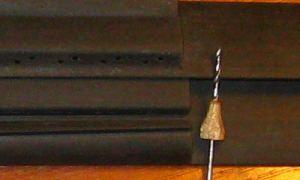 Отверстия для струн в подставке гитары