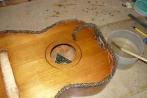 Каким инструментом разобрать акустическую гитару